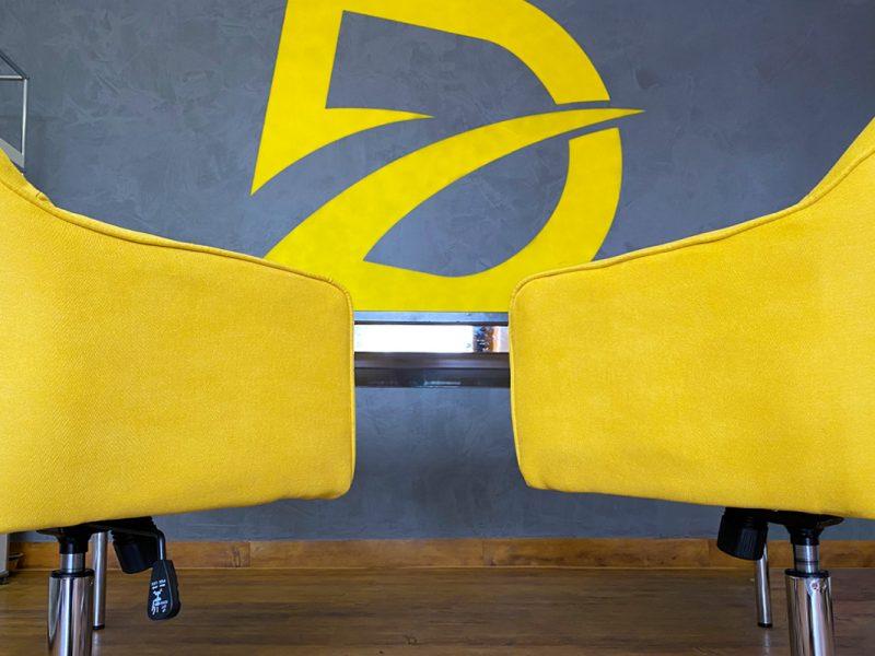 Corporate-Design-Buerowand-Detailliebelogo-auf-Beton